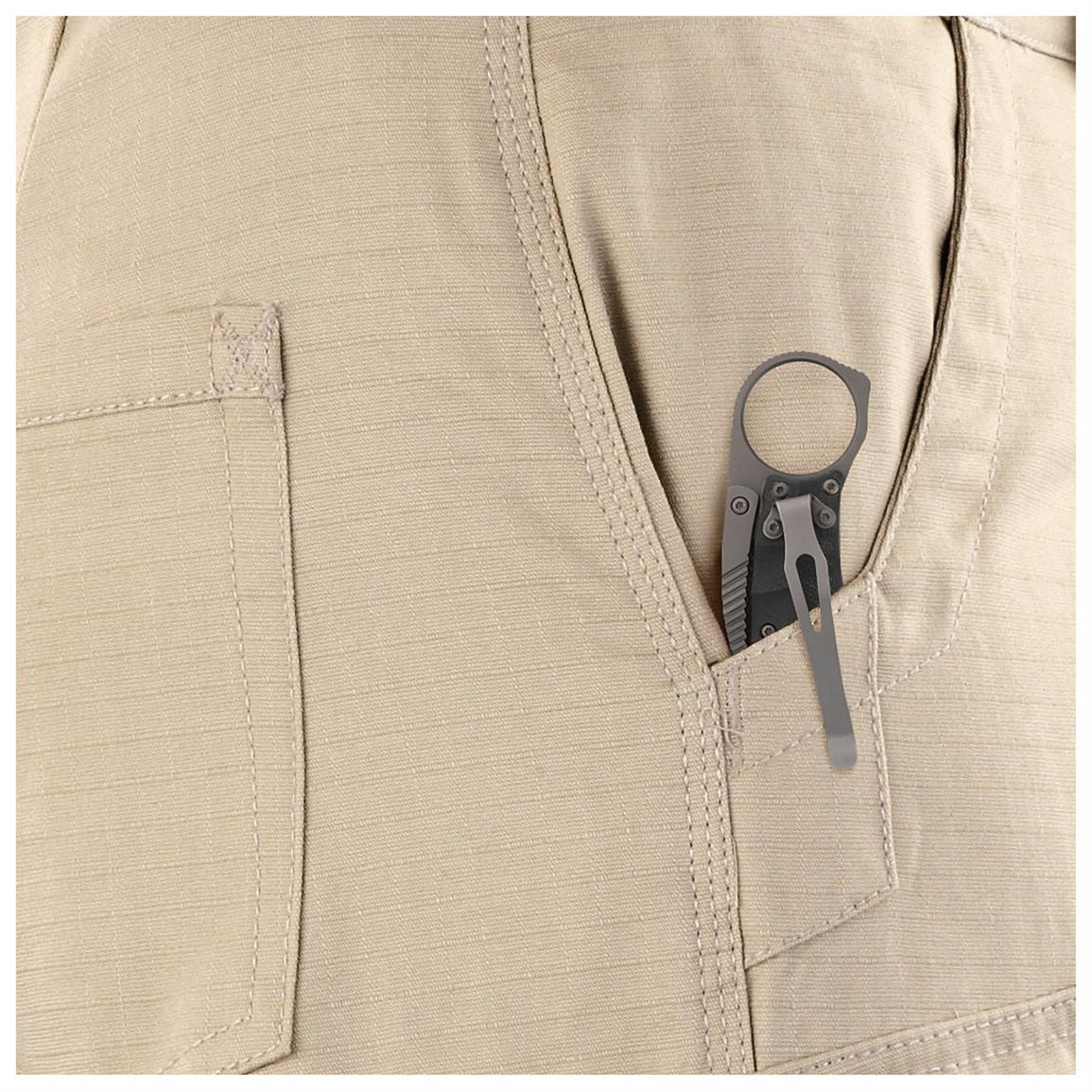 2 easy-access front slash pockets for your pocket knife